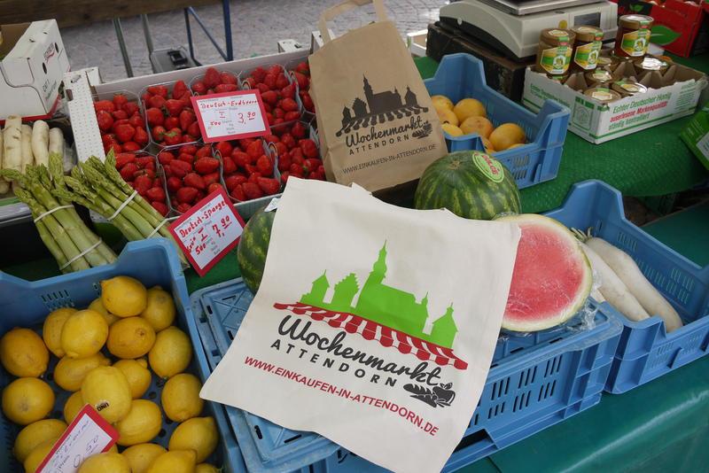 Bei dem Aktionstag am 9. Mai können die Besucher auch die neuen Tragetaschen für den Attendorner Wochenmarkt gewinnen.