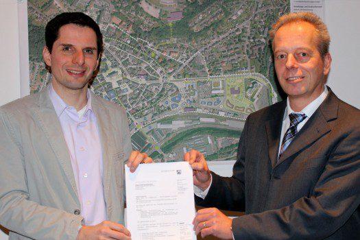 Bürgermeister Christian Pospischil (links) und Beigeordneter und Baudezernent Carsten Graumann freuen sich über die Genehmigung des vorzeitigen Maßnahmenbeginns des Innenstadtentwicklungskonzeptes.
