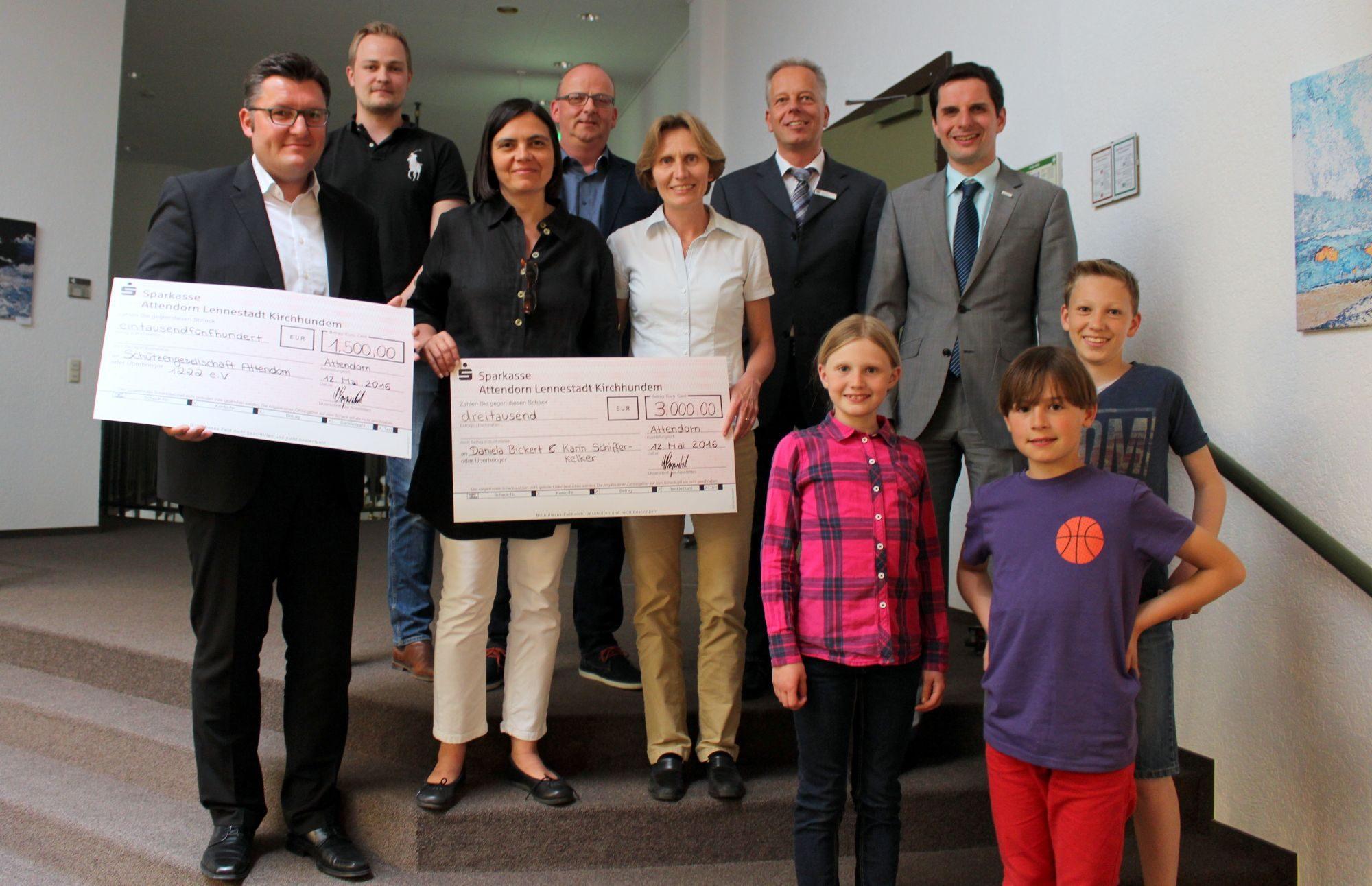 Sie freuten sich über das großzügige Preisgeld, überreicht von Bürgermeister Christian Pospischil und dem Baudezernenten Carsten Graumann (hinten rechts): (v.l.) stellvertretend für die Schützengesellschaft Attendorn 1222 e.V. Sascha Koch, Marius Hengstebeck und Thomas Wacker sowie die weiteren Preisträgerinnen Karin Schiffer-Kelker und Daniela Bickert mit den Kindern Marleen Bickert, Noël Kelker und Finn Bickert. Auf dem Bild fehlt Preisträger Lars Plugge.